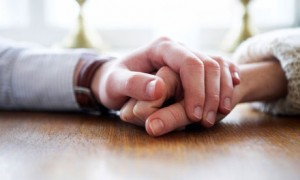 couple-holding-hands-007